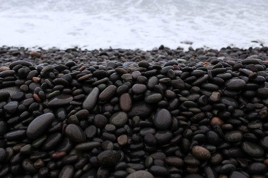 playa de guijarros negros